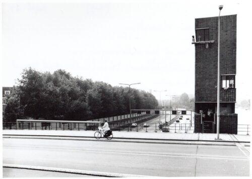Hasseltweg-Johan-van-Gezien-vanaf-basculebrug-nr.-491-over-rechts-Noordhollandsch-Kanaal-naar-beneden-IJ-tunnel.-Gerbenwagenaar-1989