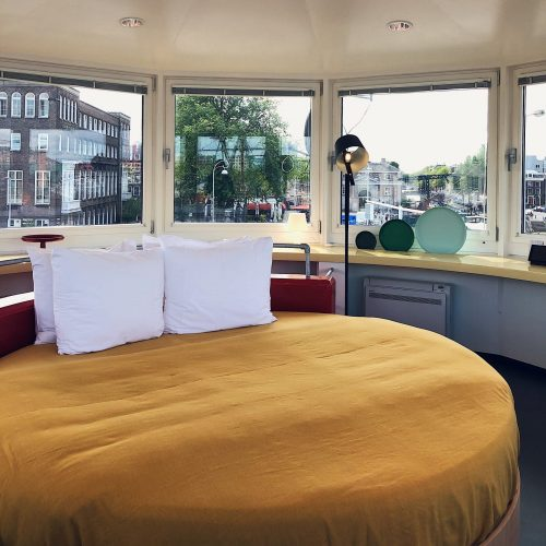 Photo of the round bed in SWEETS hotel's bridge house Kortjewantsbrug in Amsterdam center