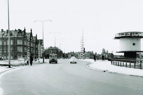 Photo of SWEETS hotel Amsterdam Center_bridge house Kortjewantsbrug_old black and white picture of street_prins hendrikkade 1968