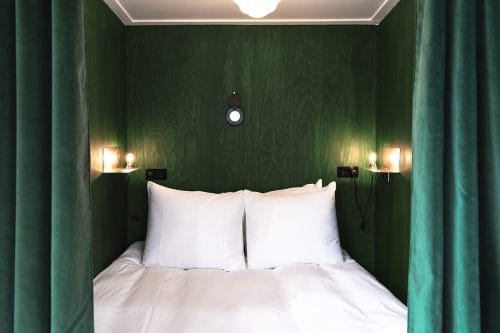 Photo of SWEETS hotel Amsterdam West Overtoomsesluis bridge house interior bedroom alcove bed curtains