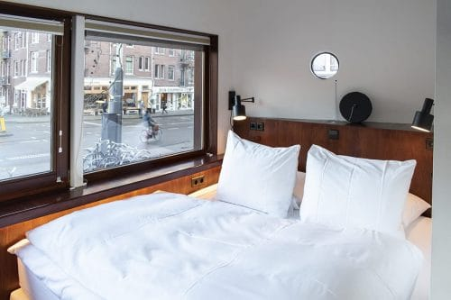 Photo of SWEETS hotel Amsterdam West Zeilstraatbrug bridge house interior bedroom bed view of cyclist